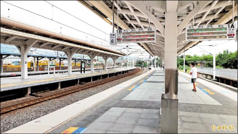 枋寮新的第一月台啟用,象徵台灣進行逾半世紀的鐵路電氣化終於告一段落。(記者陳彥廷攝)