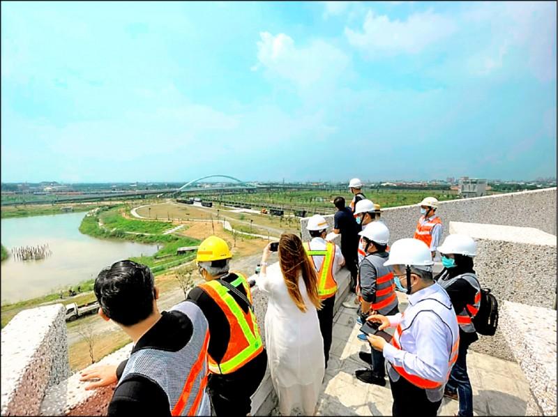 台鐵局副局長朱來順日前邀請橫跨各領域專家的台鐵美學小組成員,把關潮州觀光機廠未來定位與推動策略。(台鐵局提供)