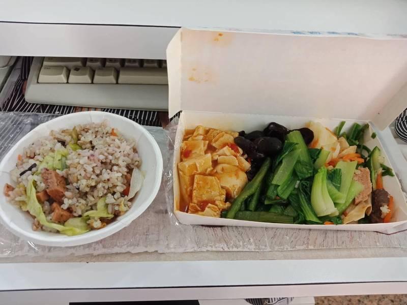 網友分享只要30元的佛心便當菜色。(圖擷取自爆廢公社)