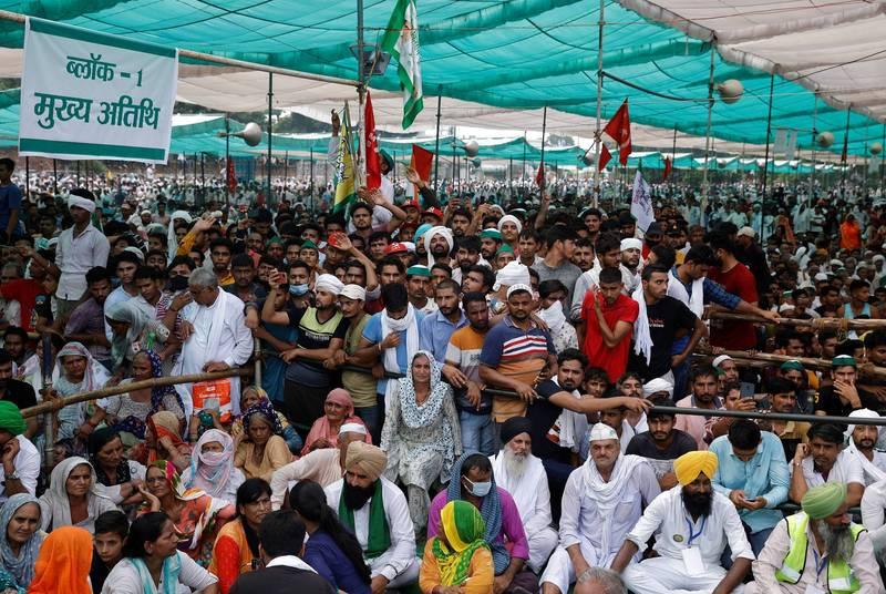 本月7日許多農民走上街頭抗議「2020農業法案」,他們在哈里亞納邦(Haryana)一處大型穀物市場集結,盼中央政府能撤回該法。(路透)