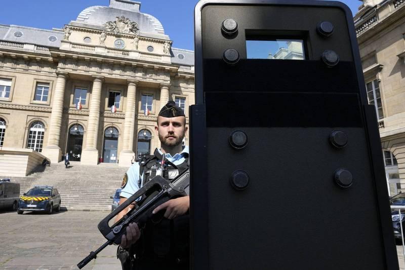 恐怖組織伊斯蘭國2015年11月13日在巴黎一連犯下多起槍擊與爆炸恐怖攻擊,共造成130死300多傷,巴黎法院明天將首度開庭。圖為巴黎法院前警察全副武裝戒備。(美聯社)