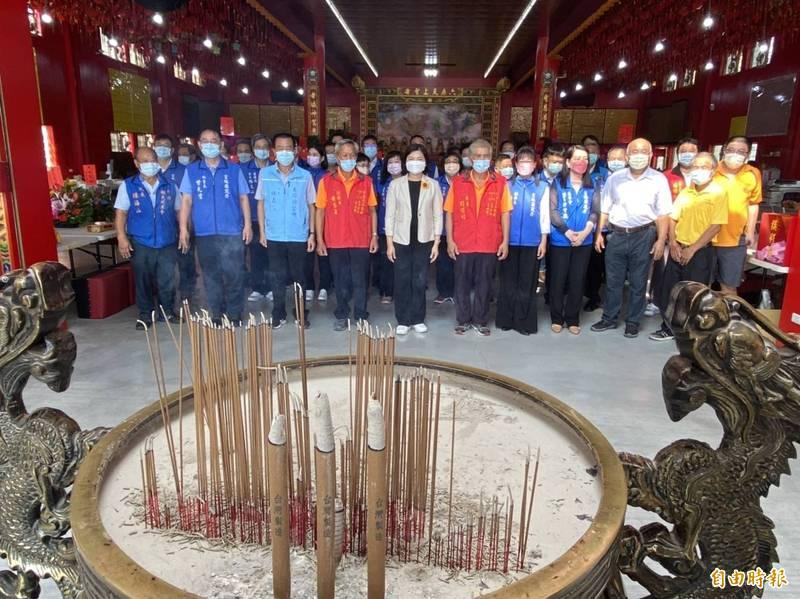 雲林縣府團隊參拜六房媽祖,祈求疫情減緩、經濟復甦。(記者詹士弘攝)