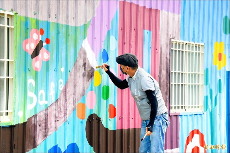 三民區豐裕里里長謝錫元,就是知名插畫家「馬里斯」,透過高雄鐵路綠園道的彩繪,將擅長的動物主題與社區意象做結合。(記者許麗娟攝)