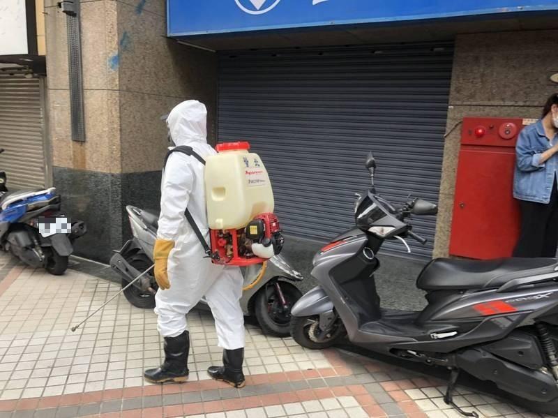 新北市爆幼兒園群聚感染,消毒人員忙著環境清消。(記者周湘芸攝)