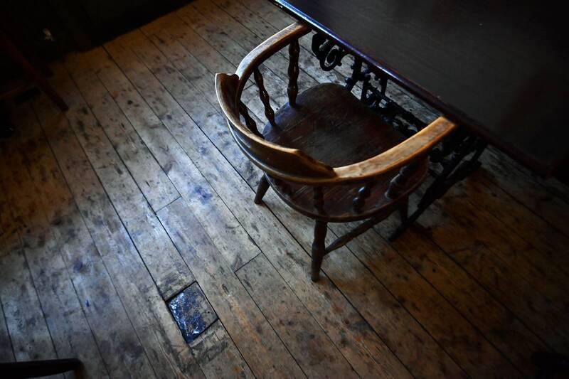 酒吧經理巴德表示,她今年7月坐在店內木桌椅休息,一邊滑手機時,椅子突然自行動起來。酒吧椅子示意圖,圖與新聞事件無關。(路透)