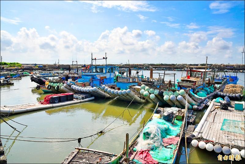 強颱「璨樹」來勢洶洶,雲林縣沿海昨豔陽高照,漁民趁好天氣將停在漁港的船筏捆綁牢固防颱。(記者黃淑莉攝)