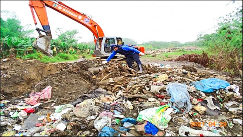 楠梓仙溪床農地遭盜埋事業廢棄物。(讀者提供)