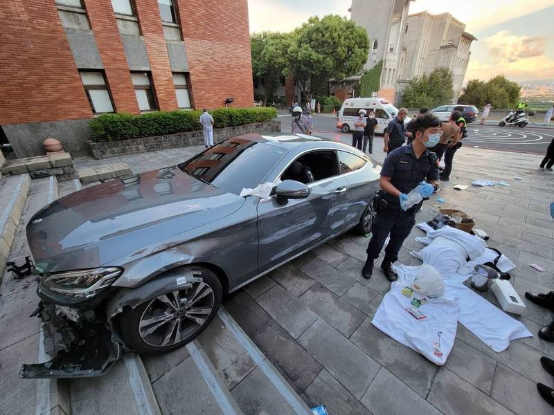 李姓舍監駕賓士轎車企圖衝撞北藝大行政大樓,結果卡在樓梯上。(記者劉慶侯翻攝)