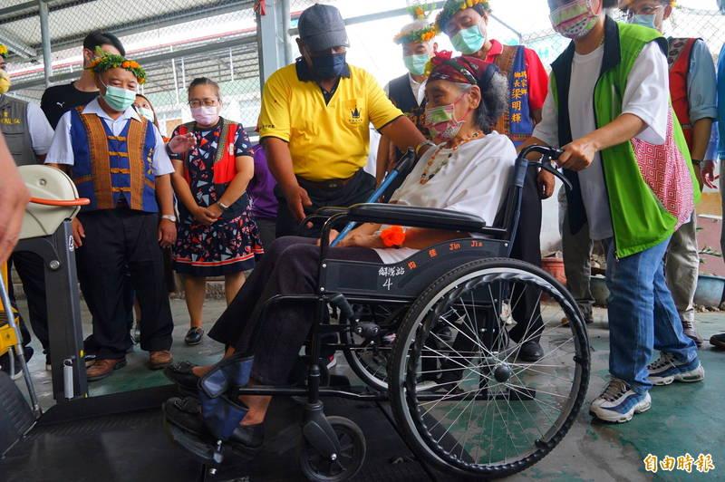 屏東原鄉首輛小黃公車啟航,83歲的林美金成為首航乘客,平時要依賴輪椅出入的她,直呼貼心。(記者陳彥廷攝)