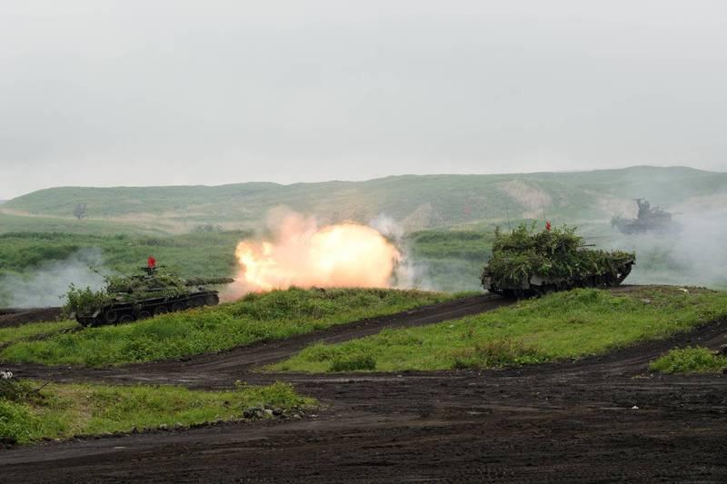 圖為日本陸上自衛隊5月在靜岡縣「東富士演習場」舉行實彈演習。陸自的74式戰車開砲畫面。(路透)