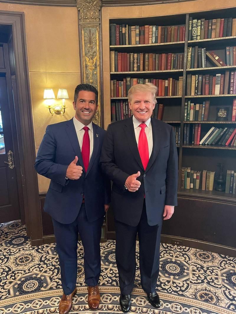 美國共和黨籍賓州參議員侯選人帕內爾(左)與前總統川普(右)的合照,川普逆齡生長的外表引發網友熱議。(圖擷取自SeanParnellUSA推特)