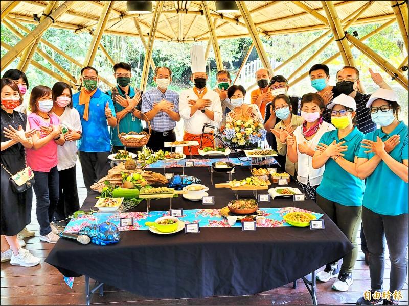 新故鄉文教基金會「與蝶共餐,幸福好滋味」創意料理研發與傳承課程,昨天舉行結訓成果發表會。(記者佟振國攝)