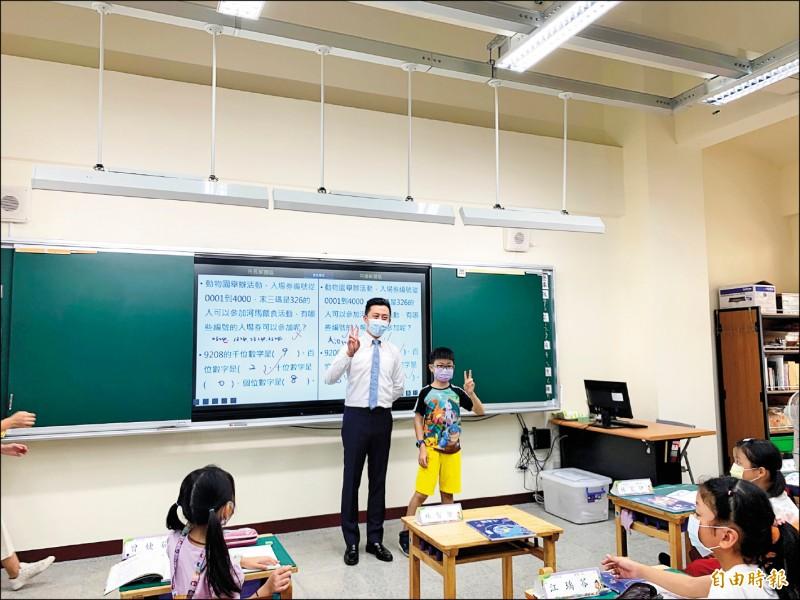 竹市西門國小「歌薰樓」昨由市長林智堅宣佈啟用,班班裝設86吋觸控電視。(記者洪美秀攝)
