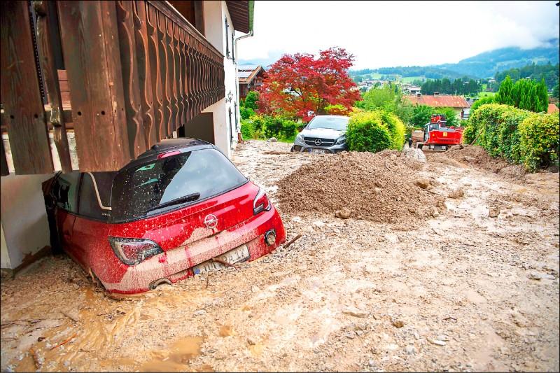 西歐7月中受豪雨和洪水重創,圖為泡在水裡的德國東南部巴伐利亞邦舍瑙阿姆克尼格塞鎮車輛。(歐新社檔案照)