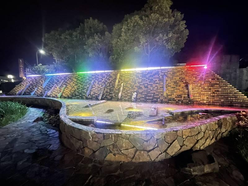 礁溪鄉水景廣場經重新整理,美觀許多,並新設LED燈,形成「彩虹水幕」。(礁溪鄉公所提供)