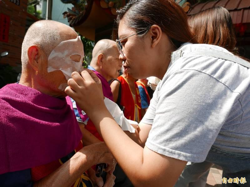 有網友日前在臉書發文表示,他爸爸將舒緩關節痠痛的凝膠直接「塗在臉上」使用。(示意圖,本報資料照)