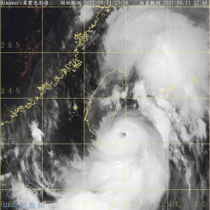 璨樹颱風中心目前正在台東及屏東外海,預估週日整天是影響台灣最劇烈的時間。(圖:取自氣象局網站)
