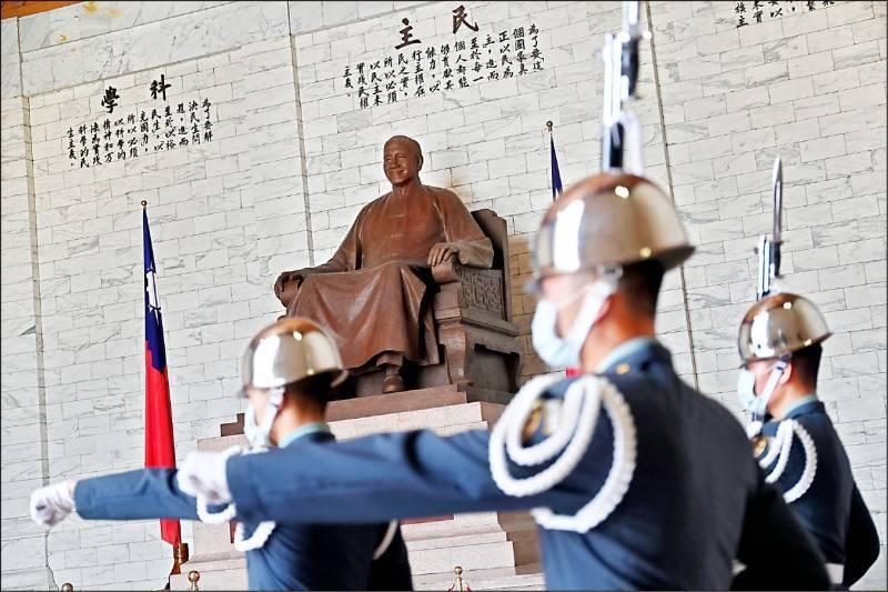 行政院促轉會公布中正紀念堂轉型方案,規劃改成「反省威權歷史公園」,並移除大廳內蔣介石銅像。(中央社)