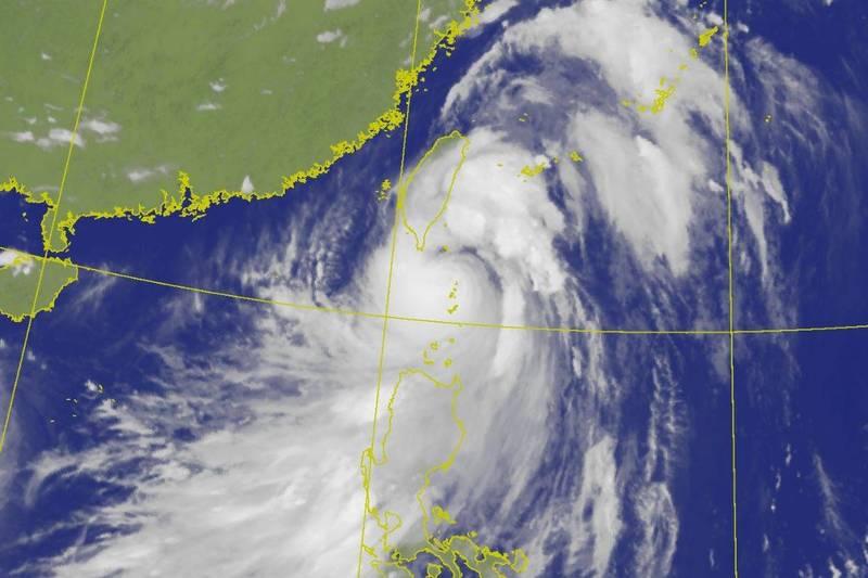 中颱璨樹目前位置在台灣東南方,預估將朝北方前進。(圖擷取自中央氣象局)