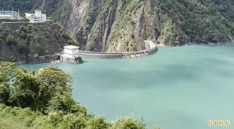 「璨樹」颱風來襲,德基水庫預降水位防颱。(記者歐素美攝)