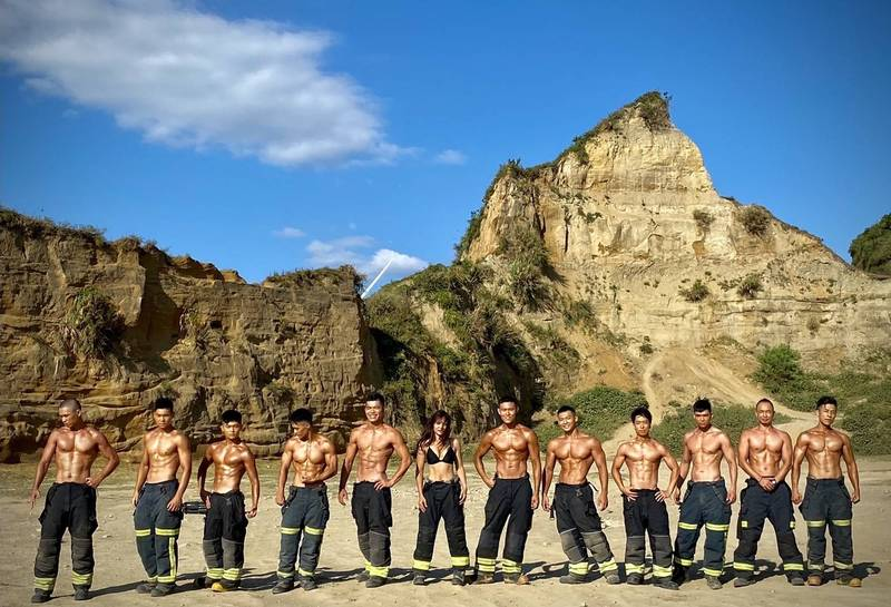 桃園市有一群熱血消防員,自掏腰包、一手策畫發行非官方、非營利的「2022年消防形象月曆」,隊員們一字排開的好身材,相當養眼。(圖由桃園市政府消防局第一大隊大有分隊提供)