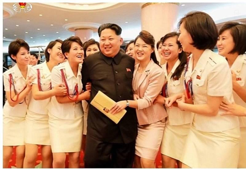 金正恩北韓女團「牡丹峰」合影,右手邊拿包包的是他老婆李雪主。(北韓中央電視台畫面擷圖)