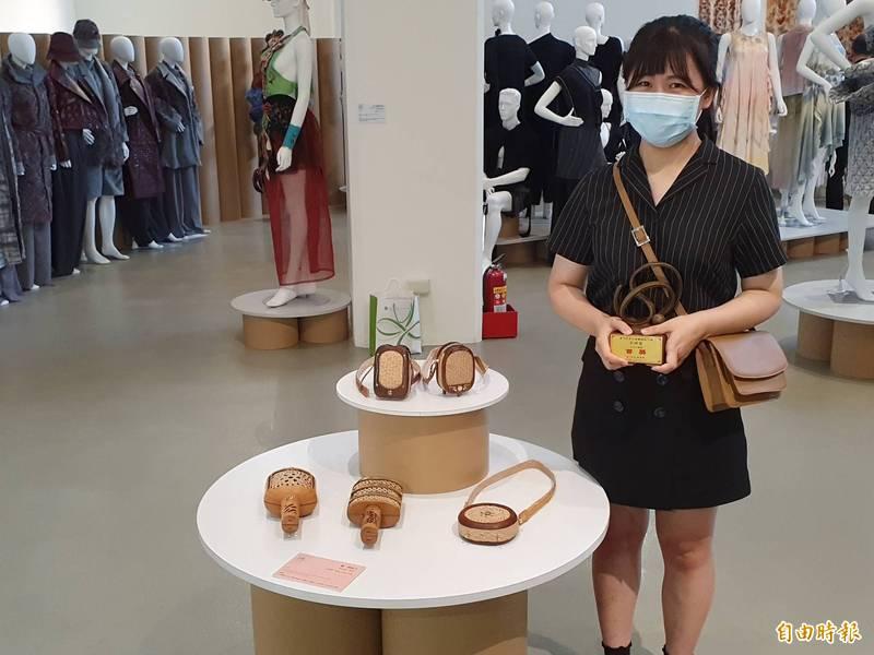 「第4屆纖維創作獎」今天頒獎,來自大甲的王婷瑩以藺草編織結合媽祖遶境,設計「藺一個地方」系列作品,拿下「生活工藝類」首獎。(記者陳建志攝)