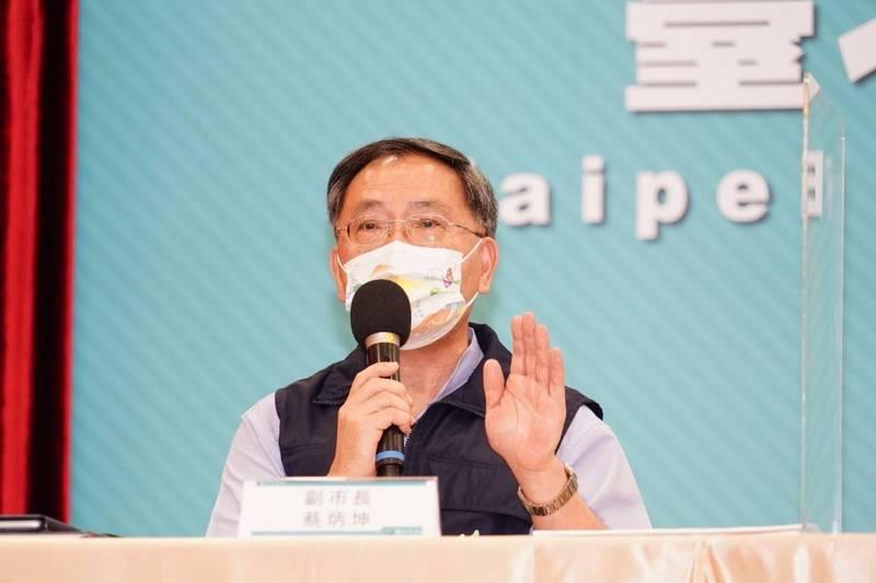 台北市配合中央第八輪疫苗預約接種至昨中午截止;副市長蔡炳坤指出,此次預約爆量,施打數達18萬餘人,已緊急要求中央增配疫苗,但恐仍有1萬餘人無法如期接種。(台北市政府提供)