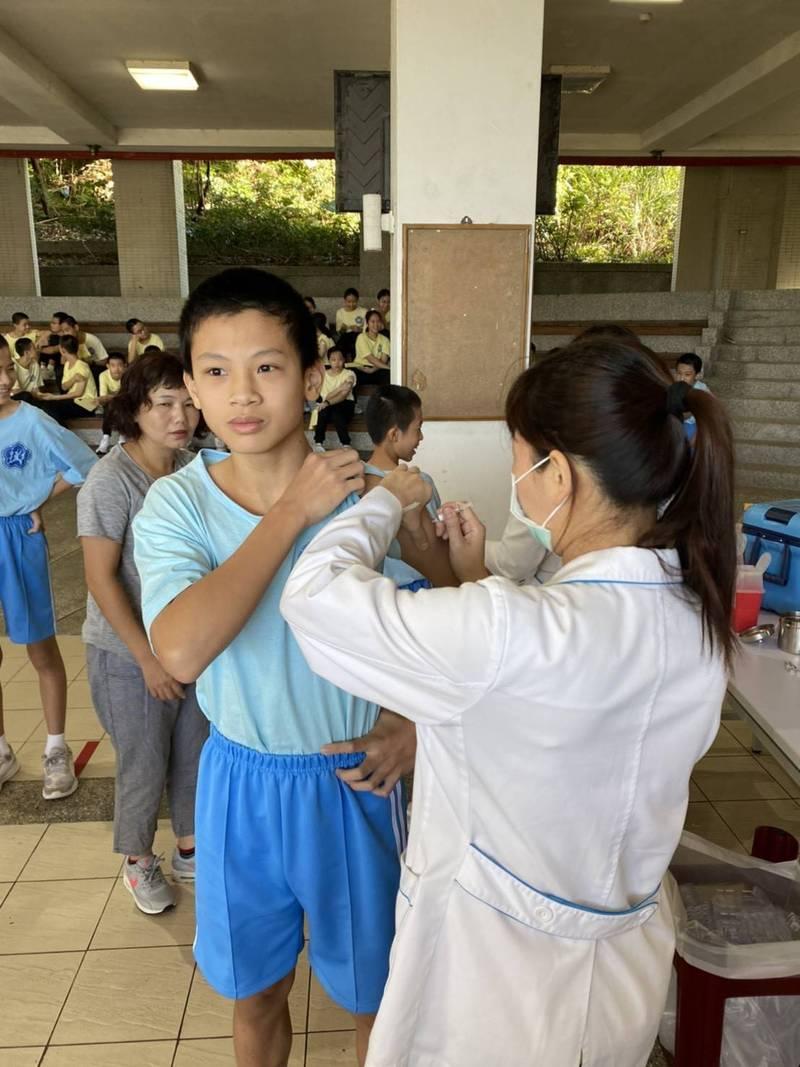 基隆市衛生局指出,會按照學生交回接種意願書來調控疫苗,安排醫護到校接種BNT疫苗,不會有疫苗殘劑的情況出現。圖為學生接種其他疫苗。(基隆市教育處提供)