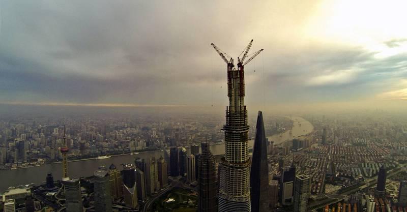 許多經濟發達的大都市,都可看到高樓大廈林立,不過中國官方近日釋出消息,擬針對常住人口300萬以上城市限制,不得新建500公尺以上超高層建築,並實行責任終身追究。圖為上海的高樓,示意圖。(法新社)