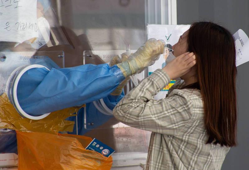 南韓中央災難安全對策本部第一次長權德喆今天在會議上表示,中秋假期將成為決定南韓武肺疫情走向的「分水嶺」。圖為南韓篩檢站。(歐新社)