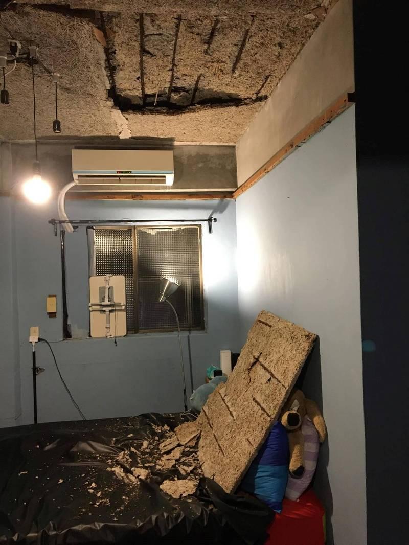 網友差點遭到天花板砸傷。(圖擷取自爆料公社)