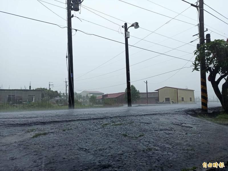 高雄山區下起大雷雨。(記者陳文嬋攝)
