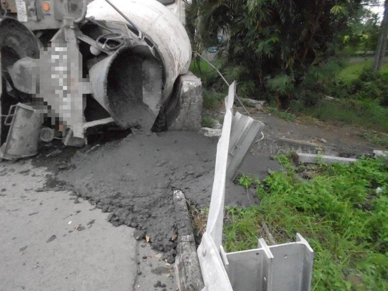 水泥預拌車在南州交流道翻車,車上水泥傾洩而出。(警方提供)
