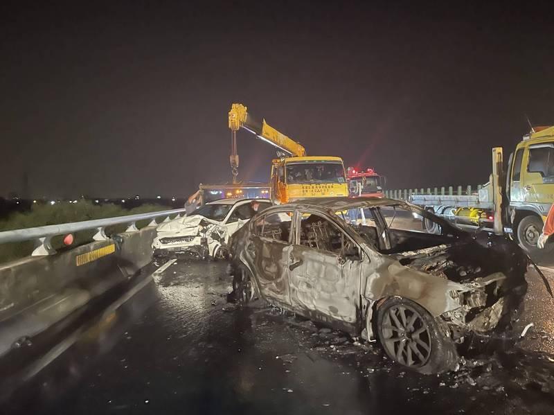 國道3號彰化快官路段,9月12日凌晨,發生一起轎車自撞再被後方追撞,轎車燒成廢鐵,所幸,2車駕駛都在第一時間自行逃生。(國道七隊提供)