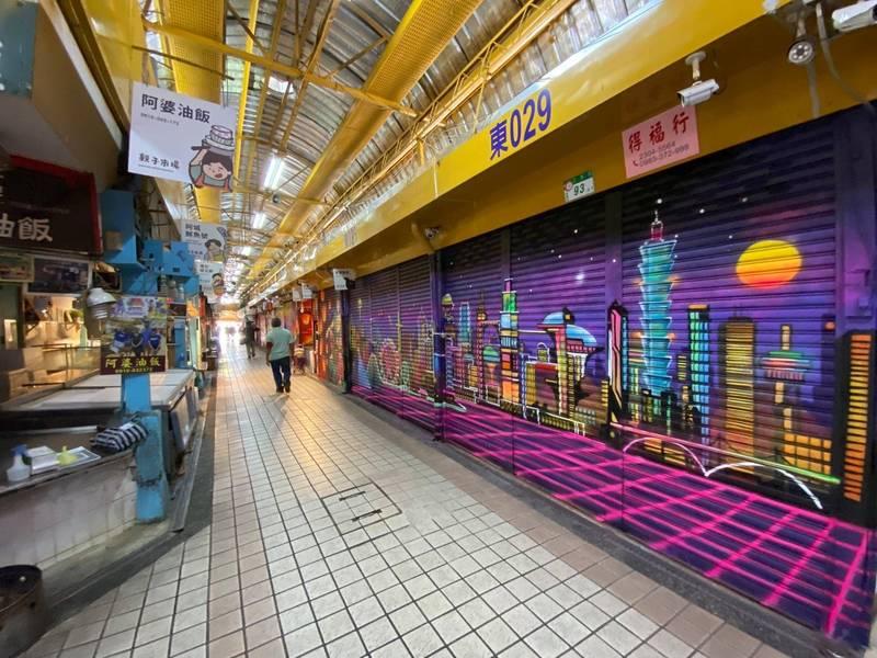 「東三水街市場塗鴉彩繪藝術長廊計畫」共由5位國際塗鴉藝術家彩繪180面商家鐵門,以彩繪呈現各式台灣特色樣貌。(翻攝「萬華大鬧熱」臉書粉絲頁)