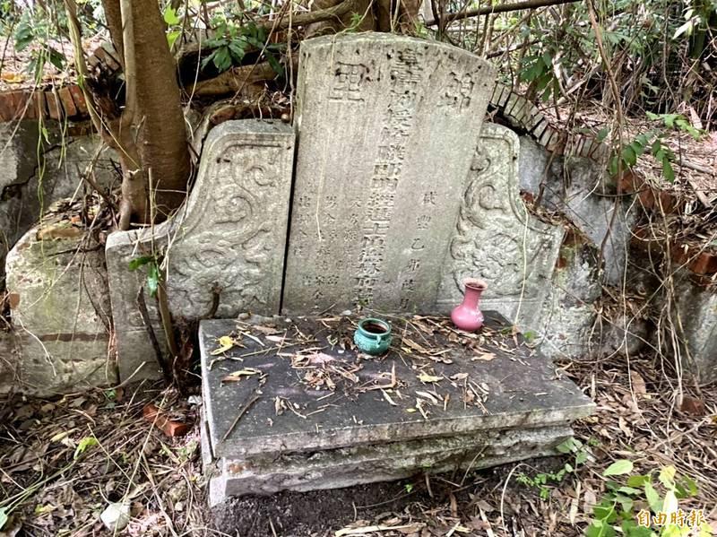 仁德區一甲里中清段有座清朝咸豐時期的古墓,當地相傳為「睡虎穴」風水。(記者吳俊鋒攝)