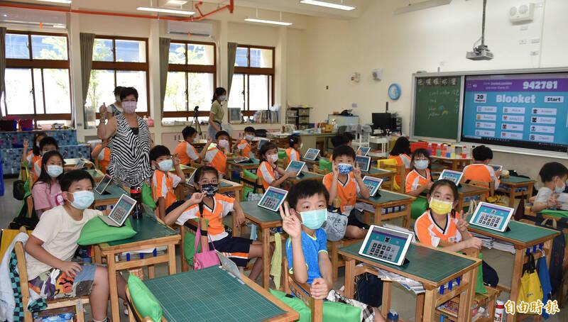 青埔國小雙語課程讓學生使用平板上課,做操作性課程或是線上遊戲評量。(記者李容萍攝)