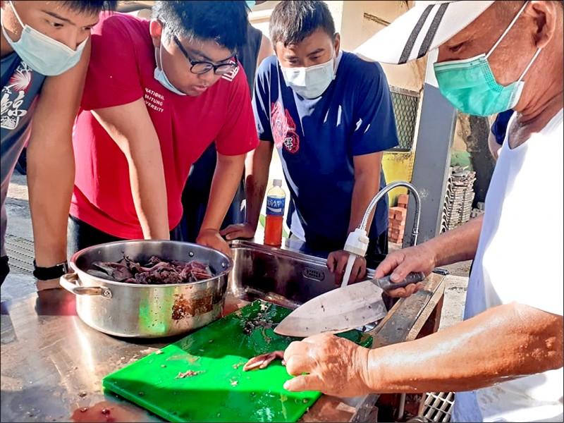 從柴魚製作體驗綠島在地漁食文化。(台東大學提供)