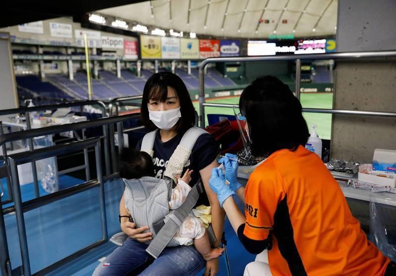 日本政府今天正式宣布,全國完成2劑疫苗接種人數已超過總人口的50%。示意圖。(路透資料照)