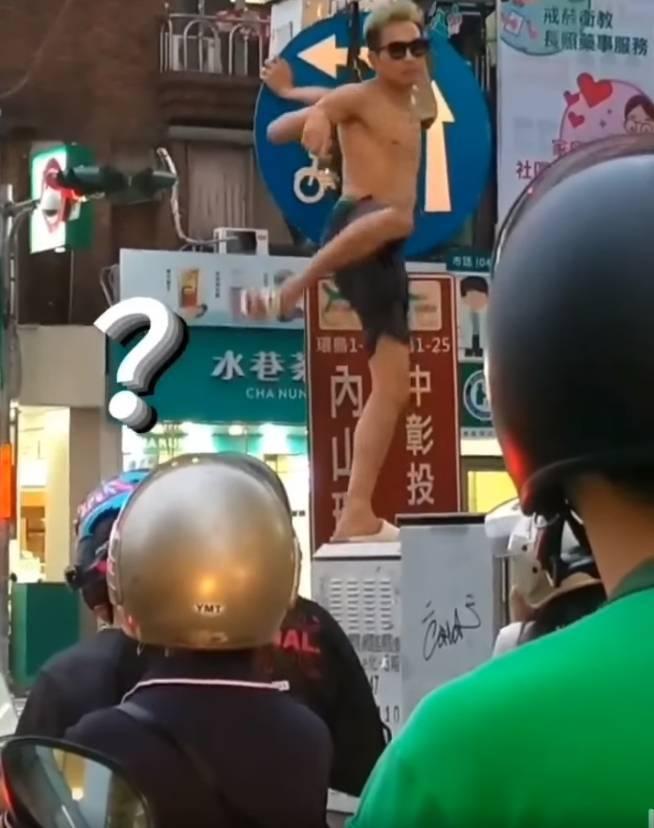 1名網友今日於社群平台發文,竟意外撞見1名半裸男子,宛若「鋼管牛郎」般,於馬路旁的「變電箱」上盡情熱舞。(圖擷取自臉書社團「爆廢公社」)