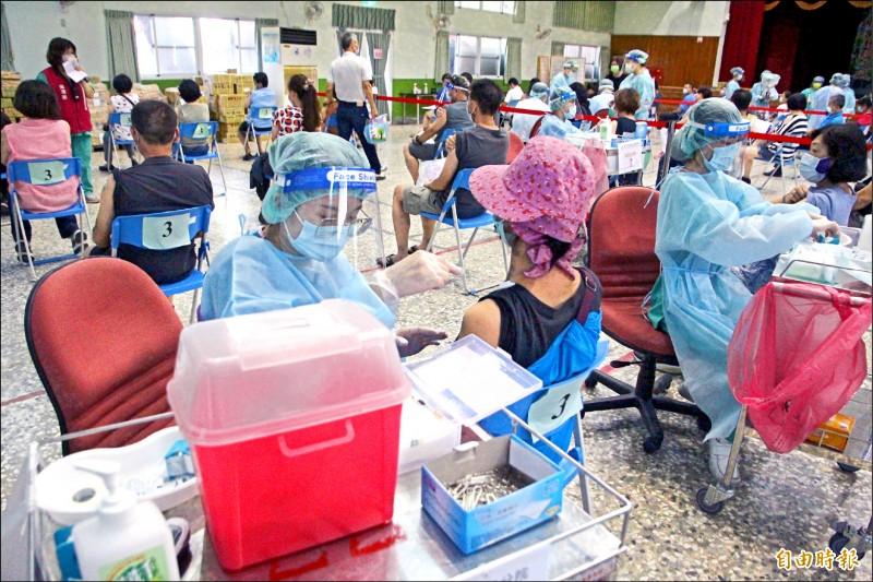65歲以上長者施打第二劑AZ疫苗,嘉義縣府預計開設大型接種站。(資料照,記者林宜樟攝)