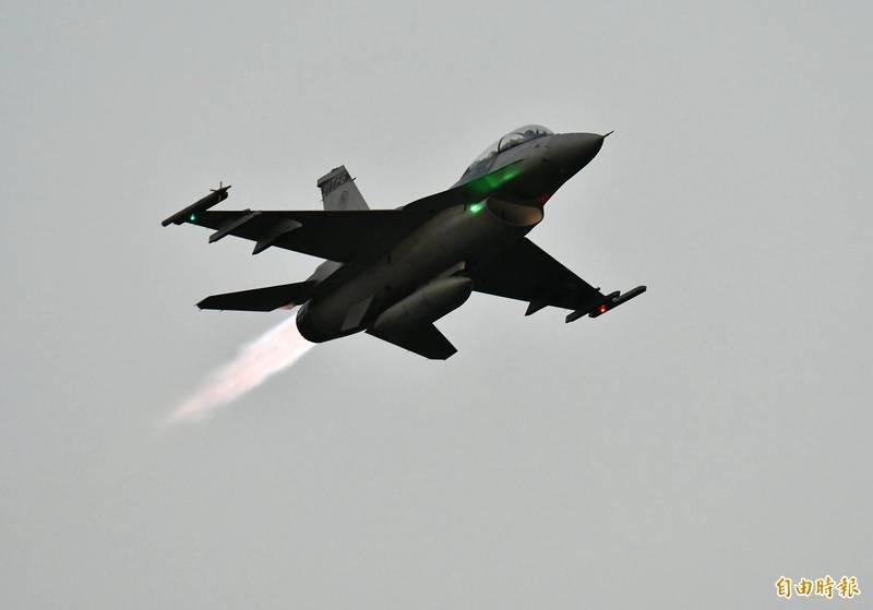 F-16V點燃 「後燃器」緊急升空。(記者游太郎攝)