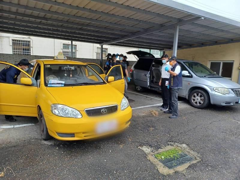 蘇女陳屍計程車後行李箱,警方採證。(讀者提供)