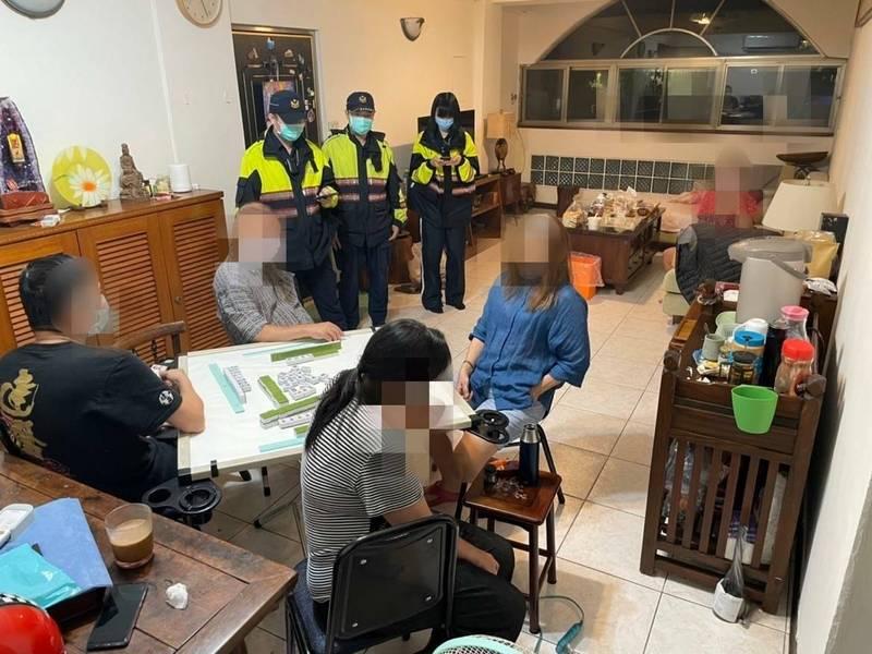 基隆市警方查獲三級警戒期間群聚打麻將,5名賭客移由衛生局裁罰6萬元。(記者盧賢秀翻攝)