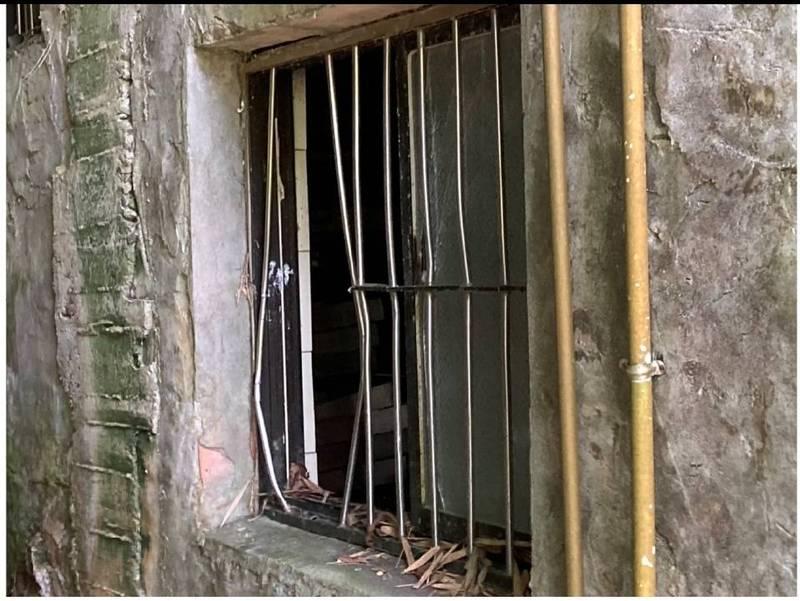 吳姓夫妻檔連山區的透天厝都不放過,破壞門窗後進入屋內搜刮。(記者吳昇儒翻攝)