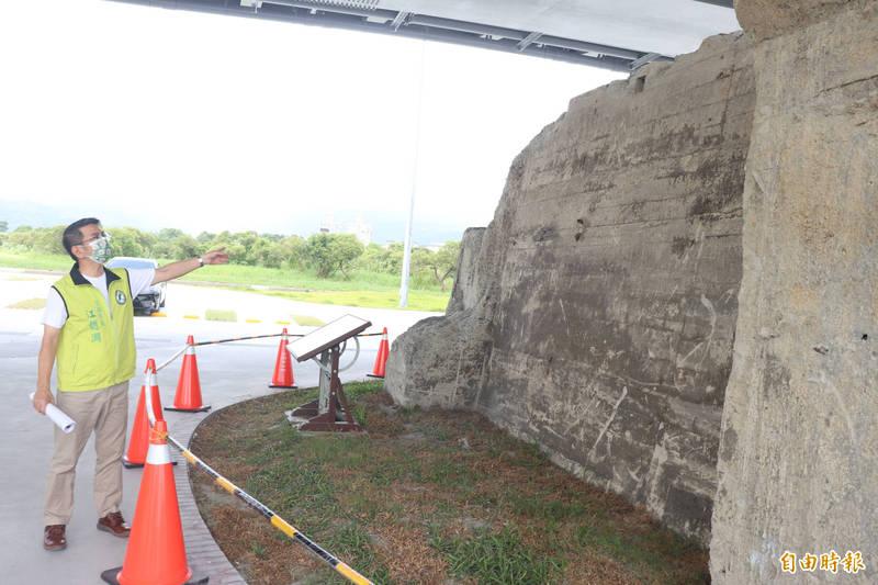 宜蘭市長江聰淵說,有文化價值的橋墩沒有阻絕設施,恐會被破壞,公所將研議施設,盼維護珍貴的文化資產。(記者林敬倫攝)