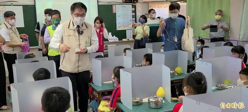 台南市長黃偉哲到東區勝利國小視察學生使用隔板吃午餐的情形。(記者劉婉君攝)