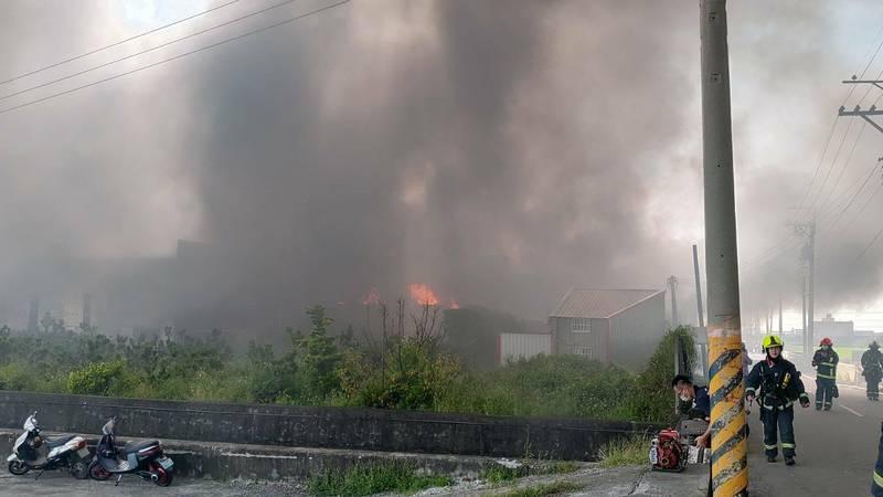 大甲一間腳踏車工廠火警,現場濃煙密布。(記者張軒哲翻攝)