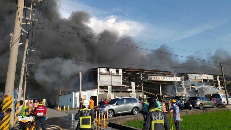 自行車零件工廠火警,廠房付之一炬。(記者張軒哲翻攝)